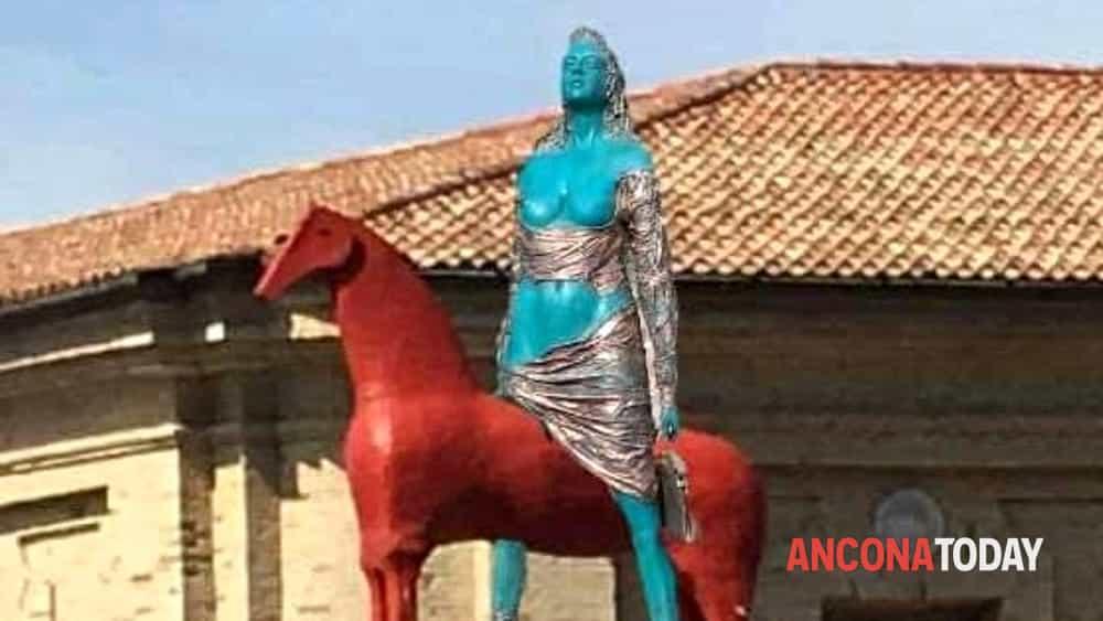 Il cavallo di paladino alla mole ed subito ironia sul web - B b le finestre sul centro jesi an ...