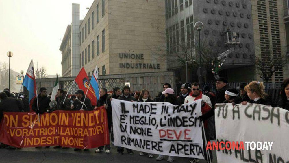 Fabriano: manifestazione lavoratori Indesit contro la chiusura dello ...