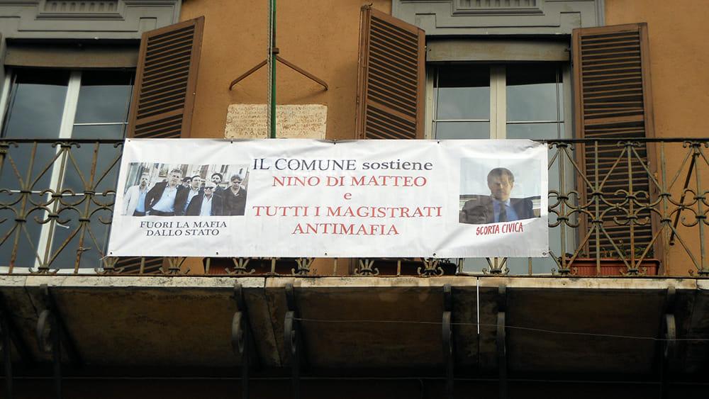 Sul balcone del municipio uno striscione di solidariet - B b le finestre sul centro jesi an ...