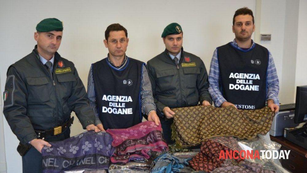 Louis Vuitton e Chanel  281 foulard in valigia, fermato al Porto fdde56d53f0